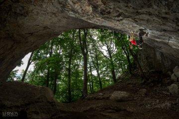 Très belle performance pour la jeune grimpeuse Janja Garnbret.A peine 16 ans elle répète Miza za šest, un gros 8c+ à Kotecnik en Slovénie.