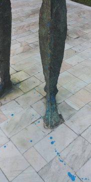 statuie bacovia vopsea picior
