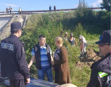 Tinerii voluntari în planul al doilea). De pe pod, erau locuitori care fluierau și huiduiau
