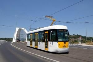 Tramvaj EVO1 při zkušební jízdě v Praze po Trojském mostě. Foto: Pragoimex