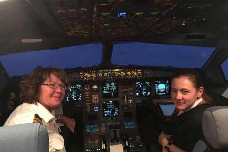 V kokpitu A330 s Vlastou Diblíkovou, první kapitánkou dopravního letadla v Česku. Foto: archív Judity Svobodové