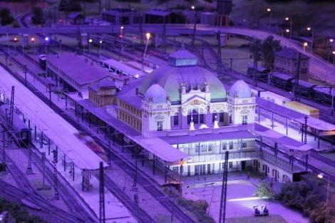 Plzeňské nádraží v noci. Foto: Království železnic
