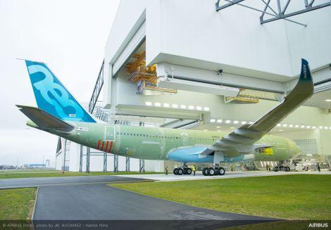 A330-800neo vjíždí do lakovny. Foto: Airbus