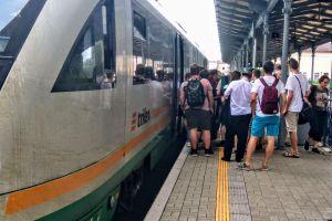 Cestující na libereckém nádraží nastupují do vlaku Trilex z Liberce do Drážďan. Foto: Jan Sůra