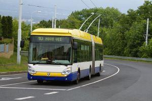 Trolejbus Škoda 25Tr, provozovaný společností Arriva Teplice, na lince č.10 na Nové VsiAutor: Tomas.hchn – Vlastní dílo, CC BY-SA 3.0, https://commons.wikimedia.org/w/index.php?curid=26640711