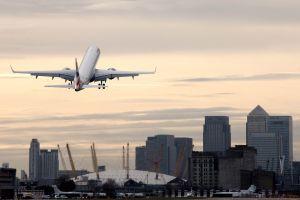 Embraer společnosti BA City Flyer na odletu z letiště London City: Foto Nick Morrish,British Airways
