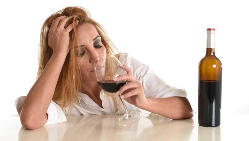 สำหรับไวน์แห้งสีขาวเครื่องดื่มนี้ยังมีประโยชน์สำหรับร่างกาย ก่อนอื่นนี่เป็นเพราะความจริงที่ว่ามันช่วยลดความเข้มข้นของอนุมูลอิสระและก่อให้เกิดการปล่อยเลือด