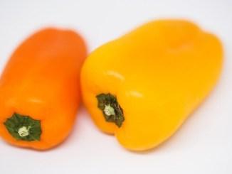 жълта и оранжева чушка