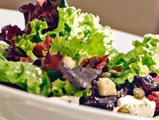 зелена салата с мариновано сирене