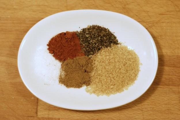 Sól, papryka, oregano, brązowy cukier i kumin.