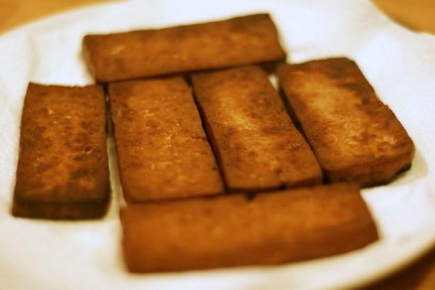 Usmażone plastry tofu.