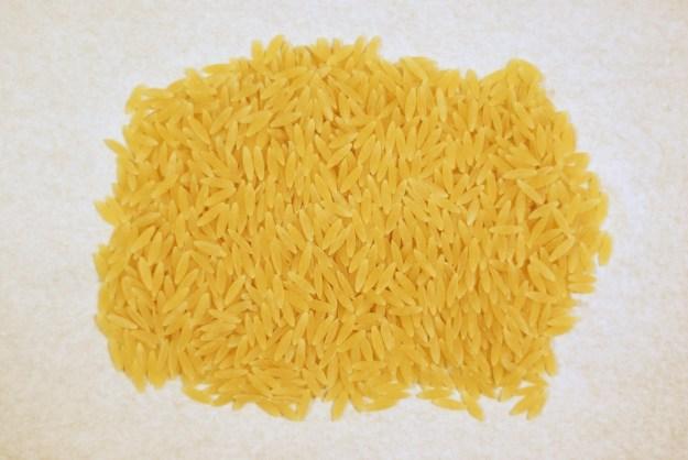 Orzo to makaron w kształcie ziaren ryżu.
