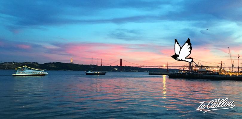 Coucher de soleil sur le fleuve du Taje à Lisbonne