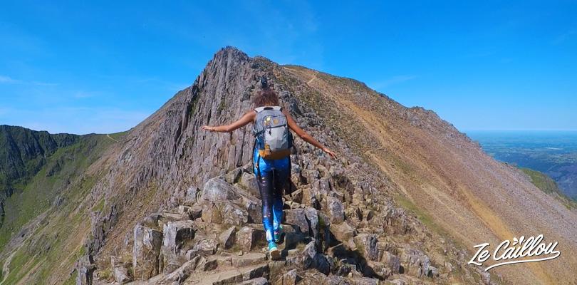 Marcher sur l'arrête (peigne rouge) du sentier Crib Goch lors de l'ascension du plus haut sommet du Pays de Galles