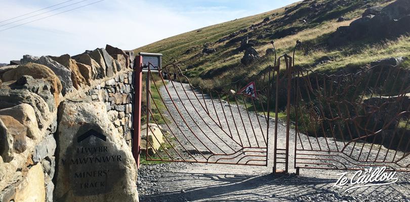 Point de départ ou arrivée du mont snowdon par le sentier Miners track dans le parking Pen y Pass