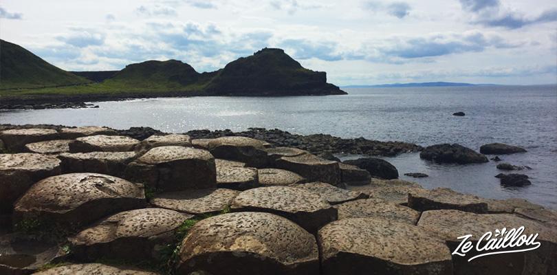 Les colonnes de pierre hexagonale forment la fameuse chaussée des géants dans le nord de l'irlande