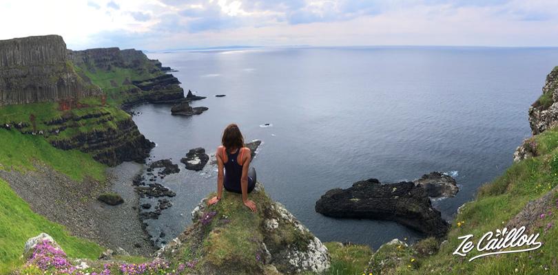 Surplomber les falaises d'Irlande pendant la marche de côte de la Chaussée des Géants