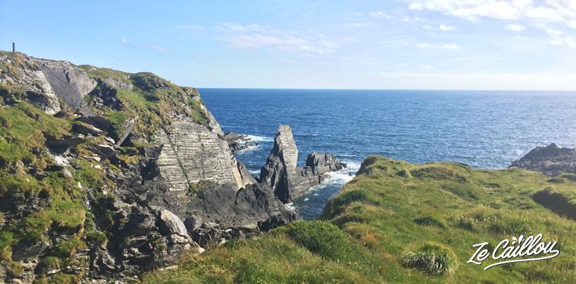 Garer son van aménagé sur une falaise face à la mer à Crookhaven dans le compté de Cork