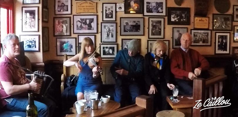 Un groupe de musique irlandais en live dans un pub à Galway