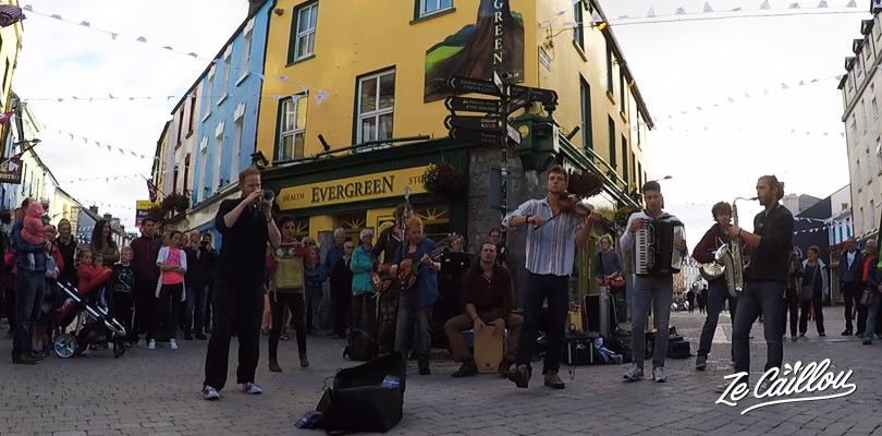 Un groupe de musique irlandaise dans les rues de Galway