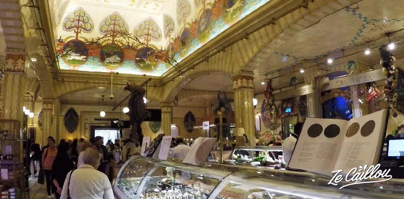 Faites du lèche vitrine dans le merveilleux foodhall, marché couvert de Harrods à Londres.