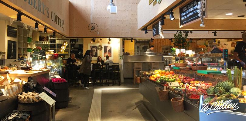 Goûter les spécialités suédoises au marché couvert d'Ostermalm.