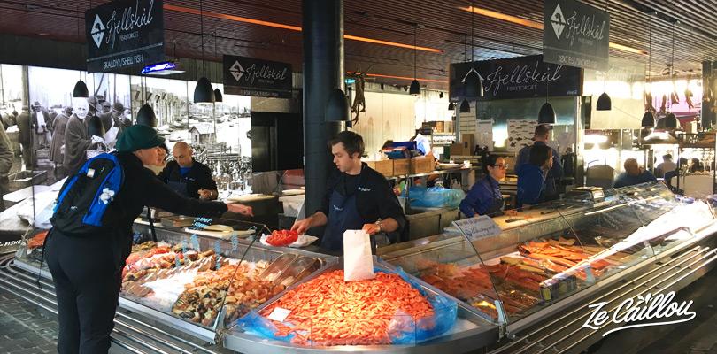 Le marché aux poissons et dees produits de la mer sur le petit port de Bergen en Norvège