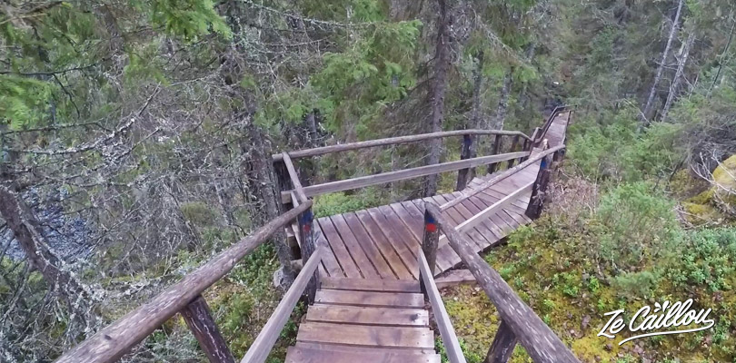 Balade le long du court de la rivière de la cascade Hepokongas en Finlande
