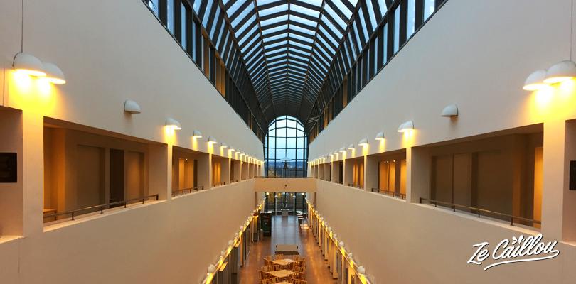 Le grand et long hall du musée Arktikum à Rovaniemi en Finlande