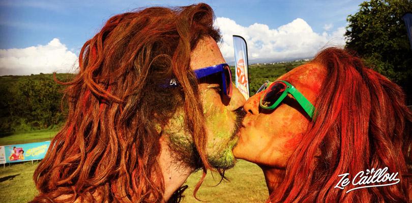 Un baiser amoureux tout en couleur après la course colorée Seigneurie Colors.