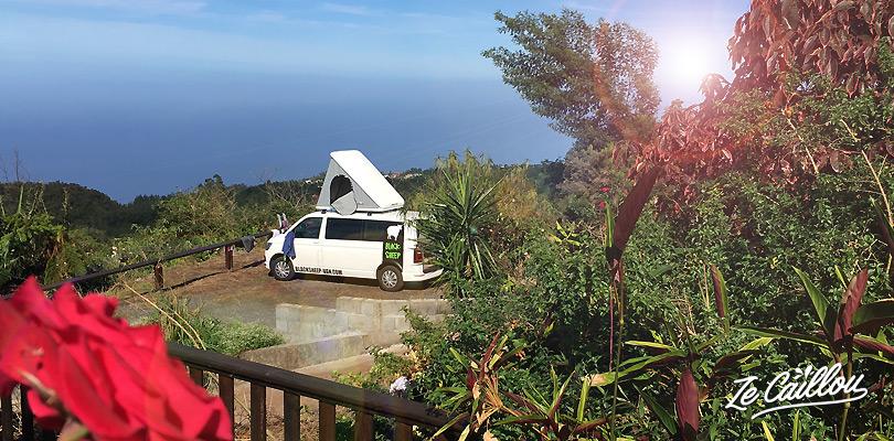 Le van sur le parking de l'auberge Écorce Blanc au Tévelave à la Réunion.