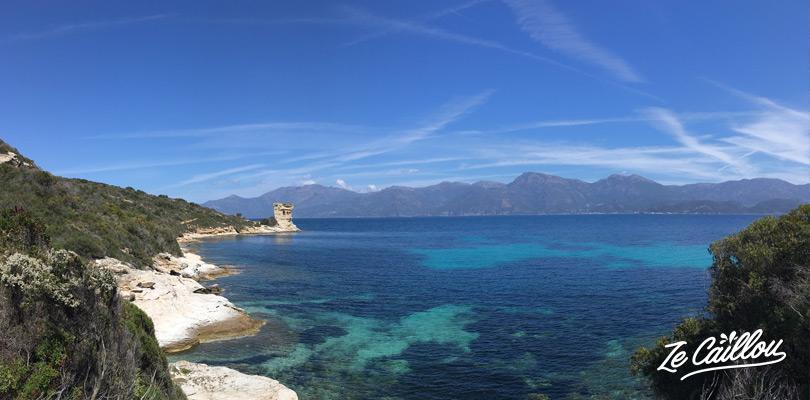 Vers la plage de Loto lors de la marche du sentier des douaniers en Corse.