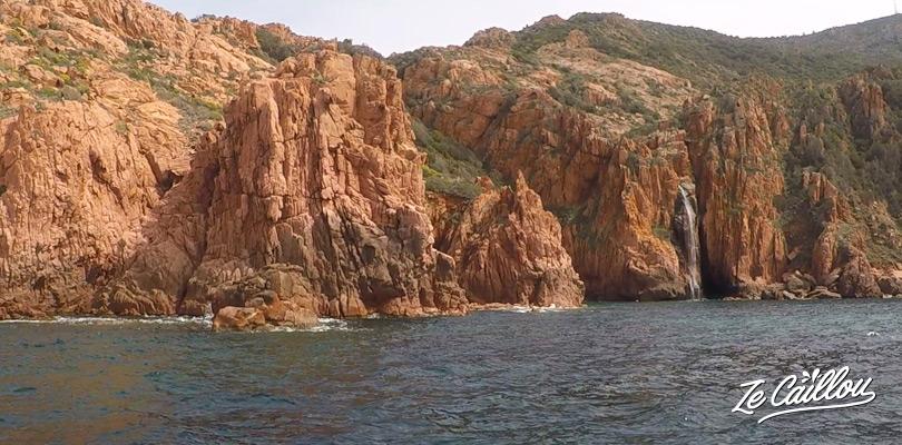 Les incroyables parois rocheuses de la réserve naturelle de Scandola et Capo Rosso en Corse.