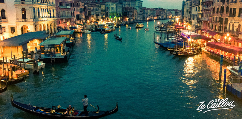 Have a perfect night ambiance crossing the rialto bridge by night.