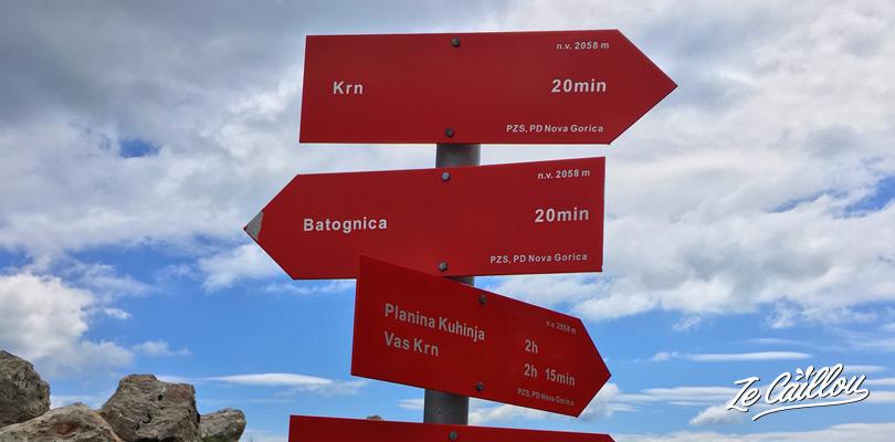 Panneaux indicatifs entre le mont KRN et le mont Botagnica dans le parc national Triglav.