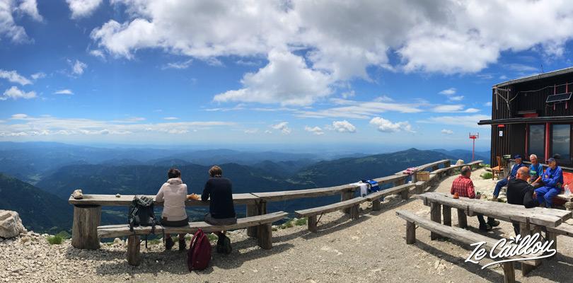 Presque à la fin de la montée pour le sommet du mont KRN, le refuge pour pique niquer.