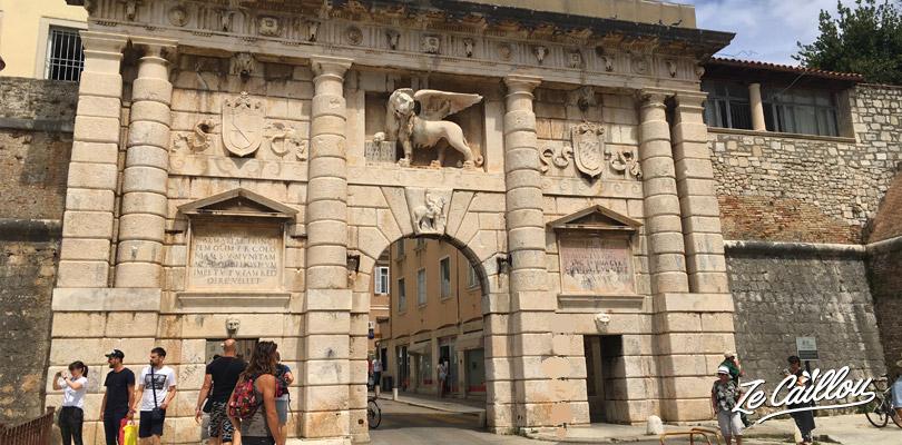 La porte Terre-Ferme à l'entrée de la petite ville de Zadar sur la côte adriatique de la Croatie.