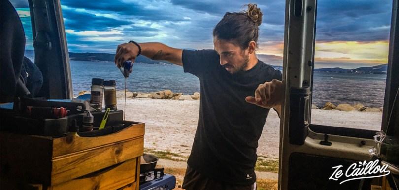 Romain qui fit la cuisine dans le van aménagé lors de notre road trip en van en Croatie.