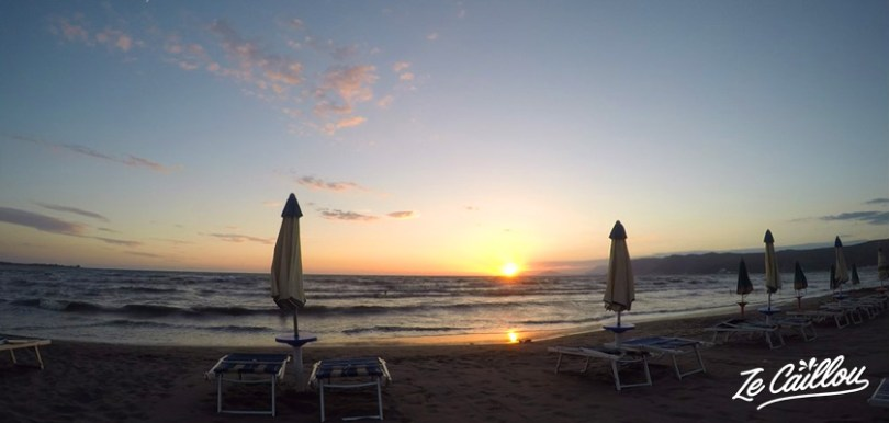 Coucher de soleil sur la mer adriatique lors d'un road trip en Albanie en van aménagé.