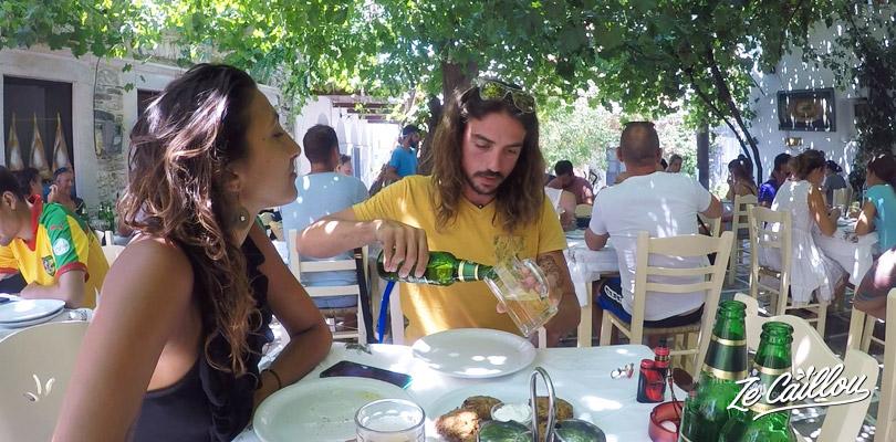 Gouter aux spécialités de Grèce comme ici à Halki lors de notre road trip sur Naxos en van.
