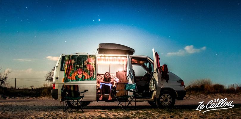 Superbe nuit étoilée sur la plage à Aliki lors d'un road trip en Grèce en van.