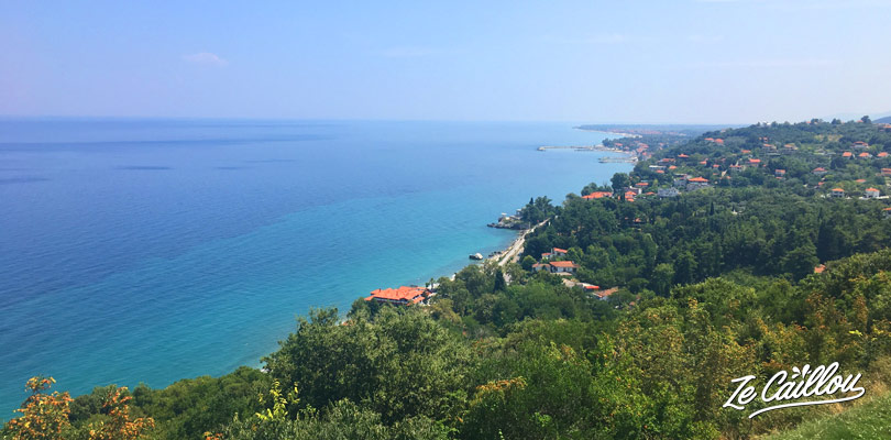 Vue sur la côte depuis le château de Platamonas en Grèce en van.