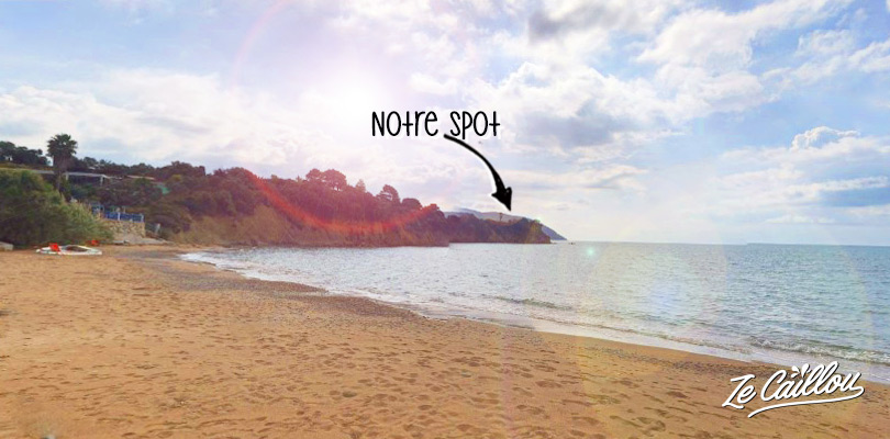 Super spot au dessus d'une falaise avec vue sur la plage, road trip en Grèce en van.