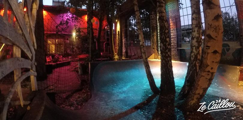 Outdoor bars, indoor skatepark, climbing wall, night club... a good place to go out in Berlin.