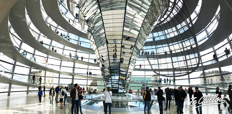 Découvrez l'intérieur du dôme du palais de Reichstag à Berlin.