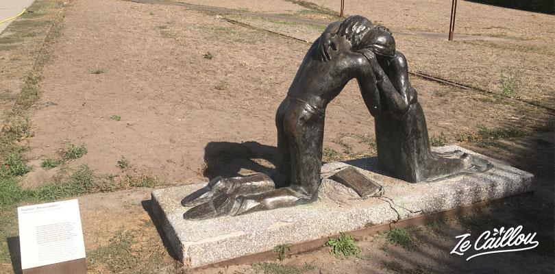 Statue commémorative en mémoire des personnes séparées pendant le mur de Berlin.