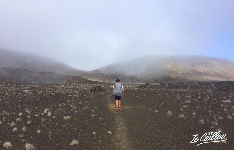 Romain qui avance à la Plaine des sables direction le gite du volcan lors de la rando Bourg Murat Volcan.