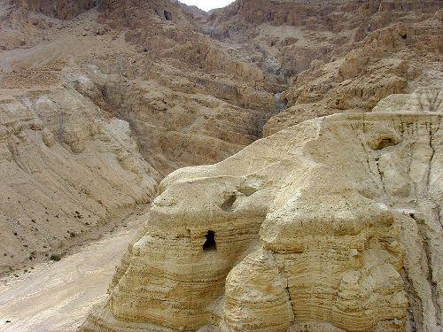 המערות בהןנתגלו המגילות (צילום: ויקישיתוף)