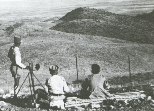 נוטרים משקיפים לעבר לבנון מאחורי גדר הצפון, 1938