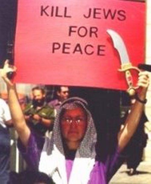 """""""הרגו יהודים למען השלום"""".  פעילת זכויות אזרח חובשת כפיה  ומחזיקה פיגיון בהפגנה"""